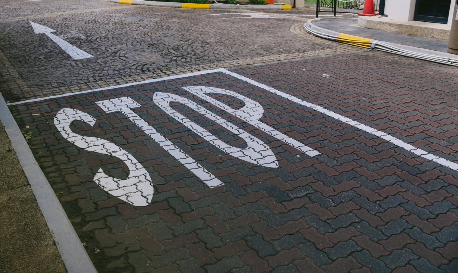 stopの道路標示
