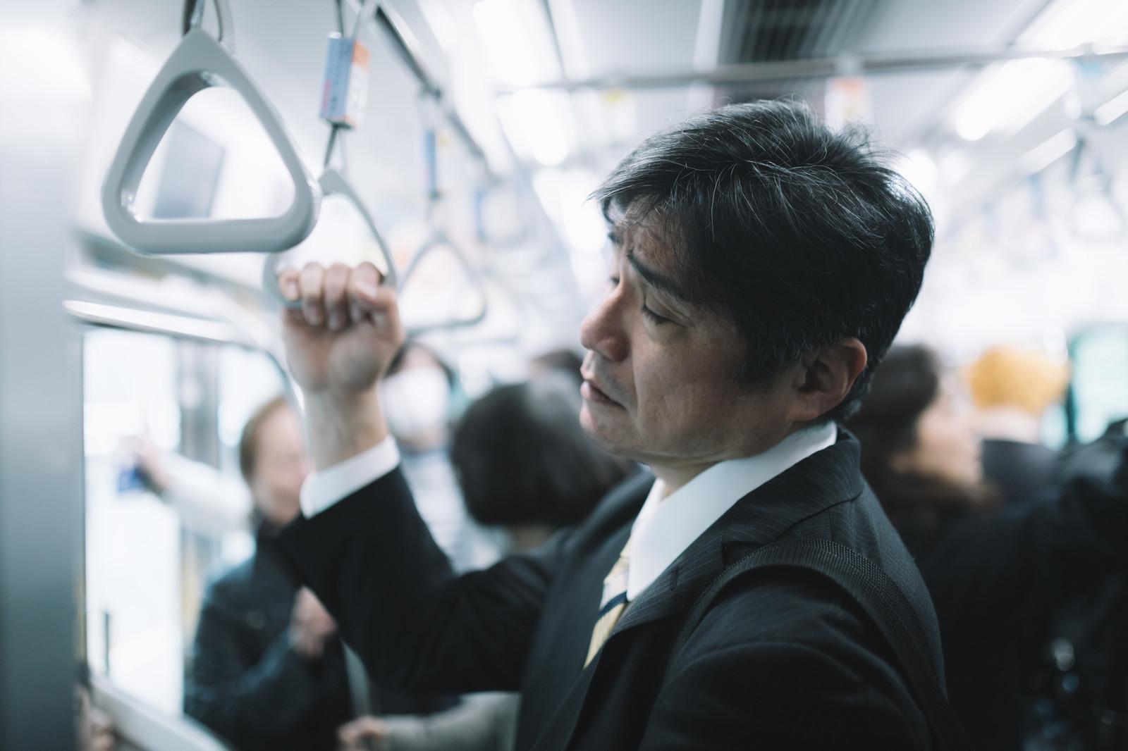 通勤電車のサラリーマン