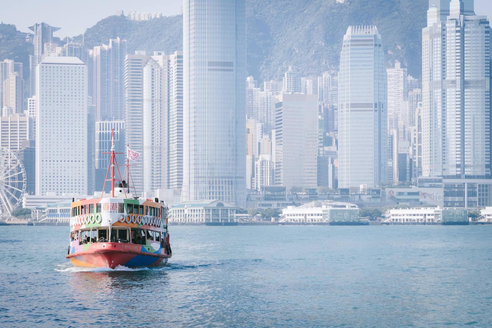 香港のビル群と観光フェリー