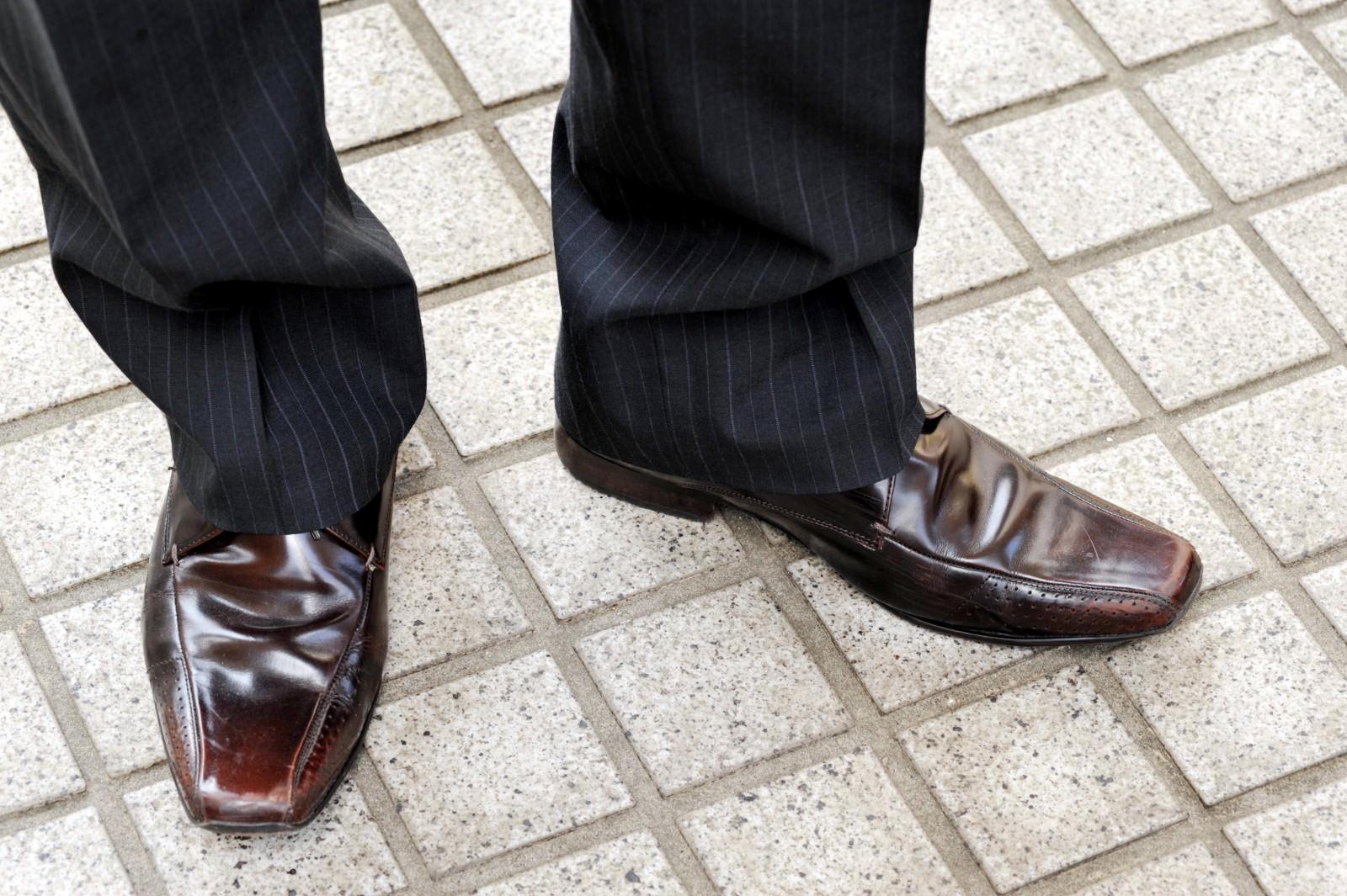 靴を履いている男性
